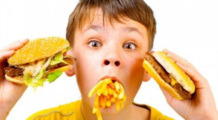 niños y comida basura