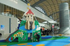 Instalan un parque infantil en el aeropuerto de Alicante-Elche