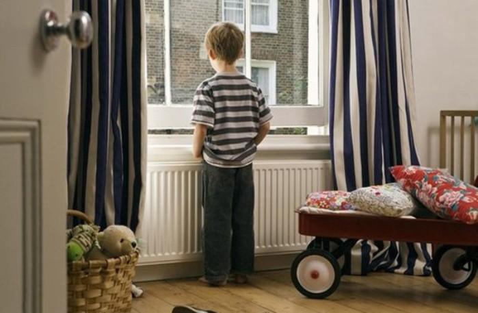 niños solos en casa