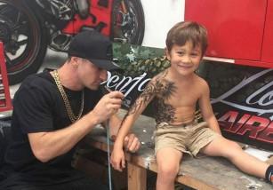 Tatuajes para dar felicidad a los niños enfermos