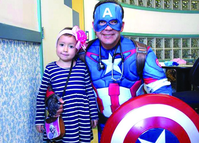El pediatra que se convierte en superhéroe para curar a los niños con cáncer