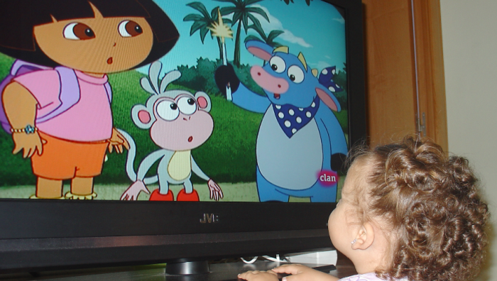 Bebé frente al televisor