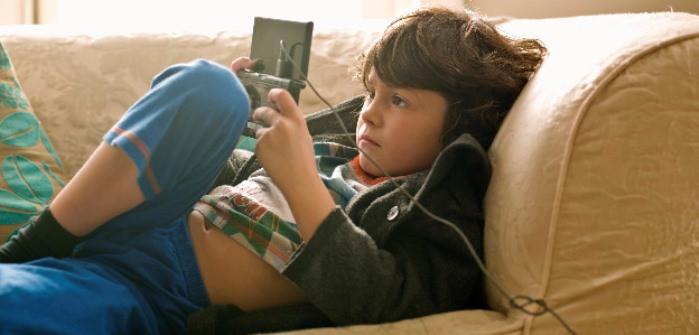 niño jugando con la consola
