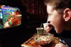 El 70 por ciento de los niños españoles come frente a una pantalla