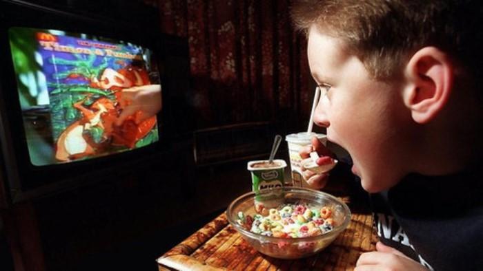 comiendo frente a la pantalla