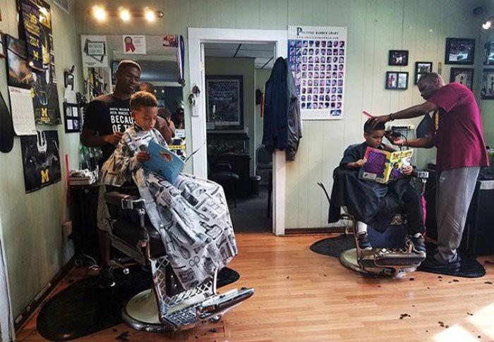 Una peluquería premia a los niños que leen en voz alta