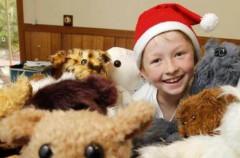 Un niño de 12 años cose animales de peluche para  niños enfermos