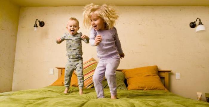 niños saltando en la cama