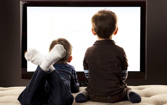 niños y television en el dormitorio