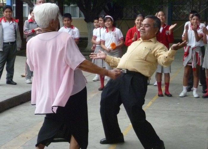 abuelos y nietos bailando