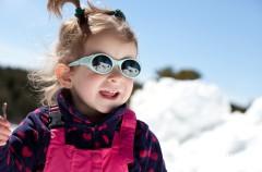 Protección solar y gafas para proteger a los niños en la nieve