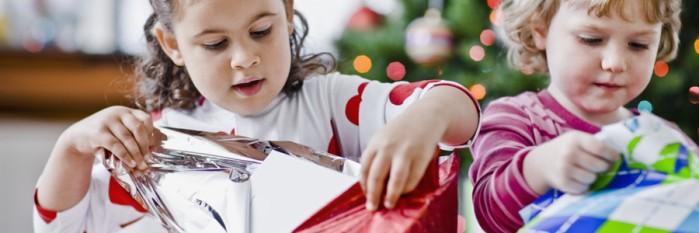 niños con regalos