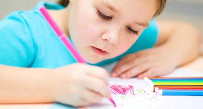 niña dibujando a la familia