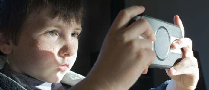 niño adicto a los videojuegos