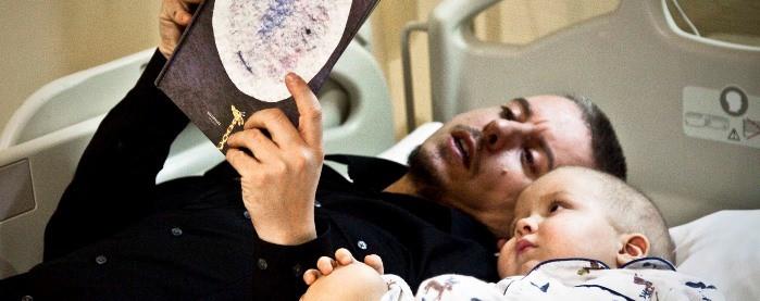 niño con cancer con su padre