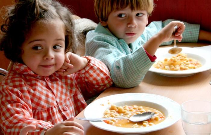 niños comiendo colegio