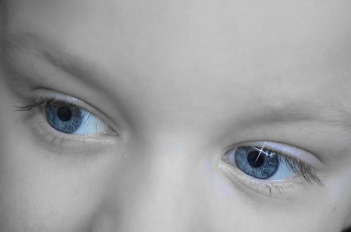 Prestar atención a los lunares en sus ojos