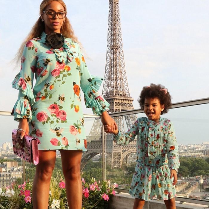 Moda simbiótica: mamá e hija con el mismo look