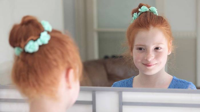 niña mirandose en el espejo