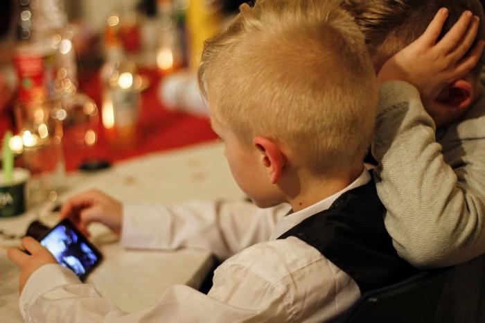 niño con smartphone