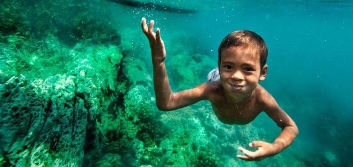 niño buceando en el mar