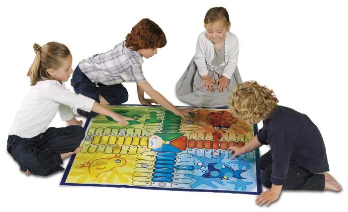 Niños jugando al parchis
