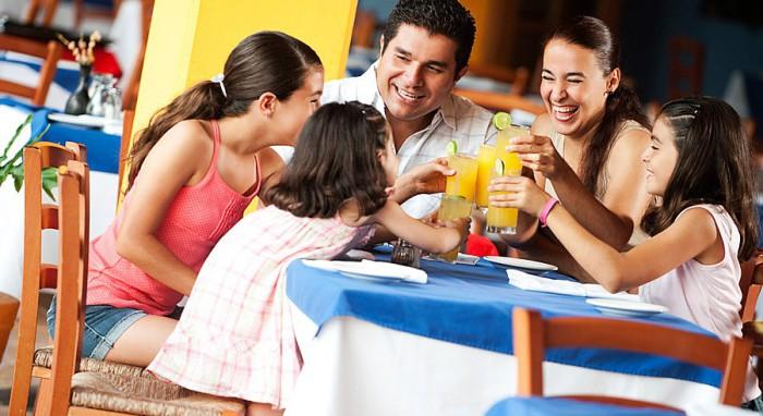 familia desayunando cafetería