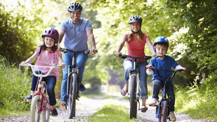 Familia circulando en bici
