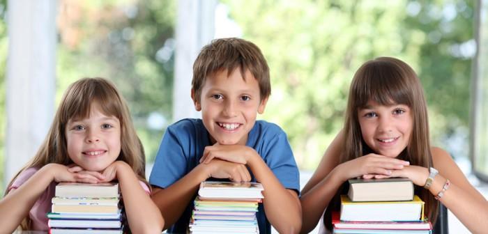 Niños con libros en el cole