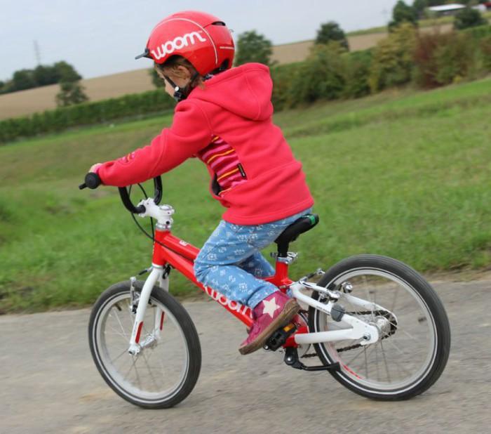 niña montando en bici