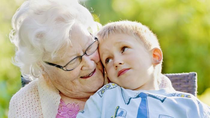 niño con su abuela