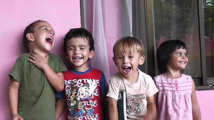 niños riéndose con chistes
