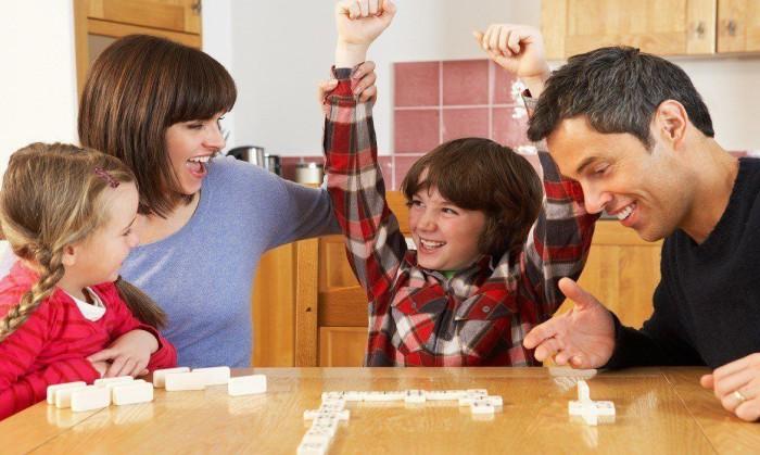 niños jugando en familia