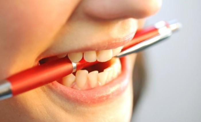 lapiz en la boca para vocalizar