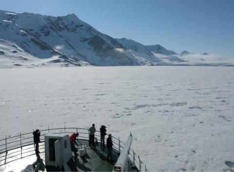 Buque Jan Mayen ante un mar de hielo. Autor A.R.