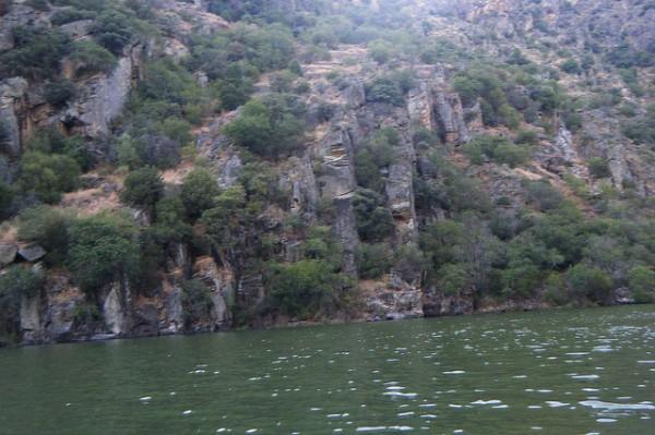El Parque Natural de los Arribes del Duero se localiza al oeste de Salamanca y Zamora