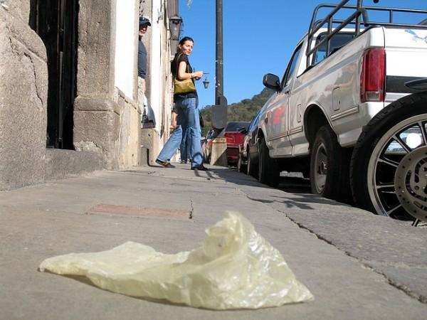 bolsa plastica tirada en la vereda