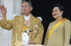 Bhumibol Adulyadej, un rey que adopta perros