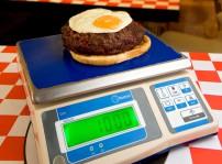 1Hamburguesa de 1 kilo sobre báscula de New York Burger