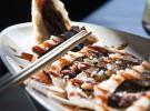 Crispy duck maki, roll de pato crujiente, envuelto en una fina capa tempurizada y salsa de anguila 2