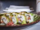 Malibú Roll, relleno de tartar de salmón y mango, envuelto en aguacate y con salsa de anguila