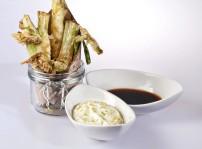 Cebolletas en tempura con dos salsas