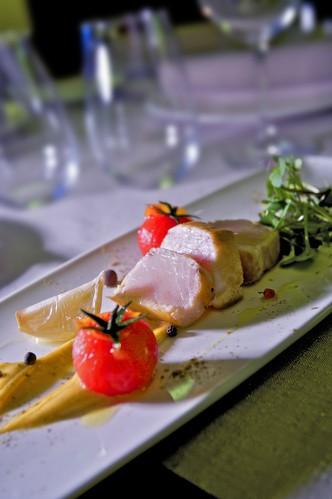 Tiburón (en tataki con adobo de alioli y tomatitos en almíbar)