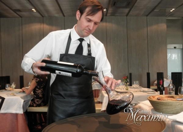 Valerio Carrera decantando un vino