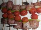 brocheta de skrei con tomatito y cebolleta