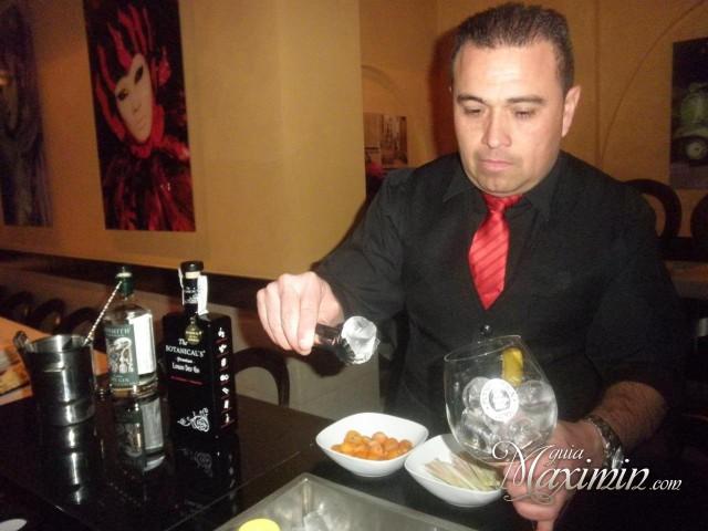 preparando gin tonic