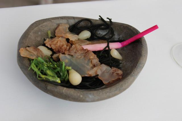 Ensalada de algas wakame y ramallo de mar con medusas, cebolleta japonesa encurtida y brote de jengibre