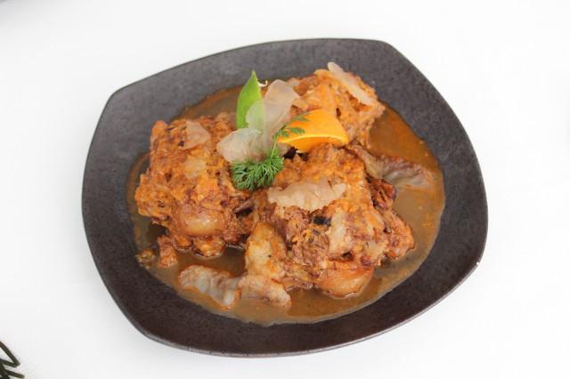 Rabo de toro estofado con medusas y camote, lima y mandarina para suavizar