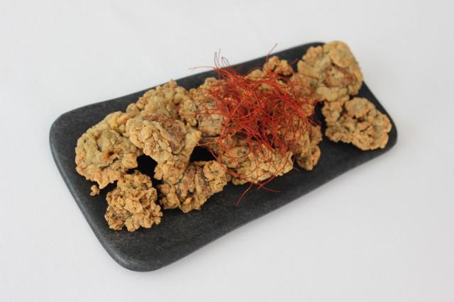 medusas rebozadas con ito-tougarasi (filamentos de chili)