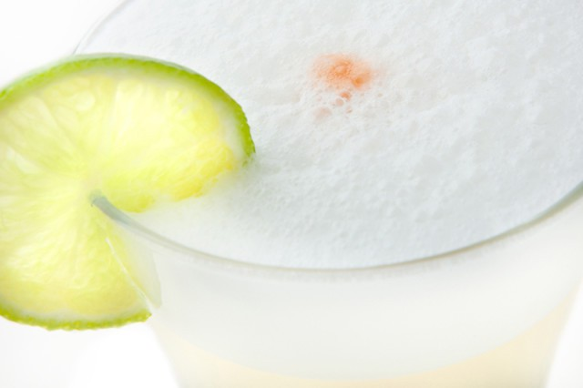 pisco sour( pisco, zumo de lima, azucar, clara de huevo y amargo de angostura)